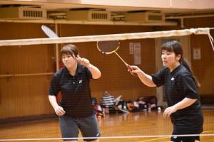第1ダブルスの上野(右・現2)・北澤(左・幼1)組