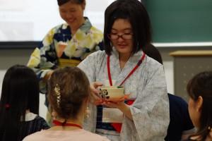 ●華頂短期大学 総合文化学科● 「茶道」をテーマに、外国人留学生の方々と一緒になって茶道を体験しながら、海外のお茶文化も学びました。